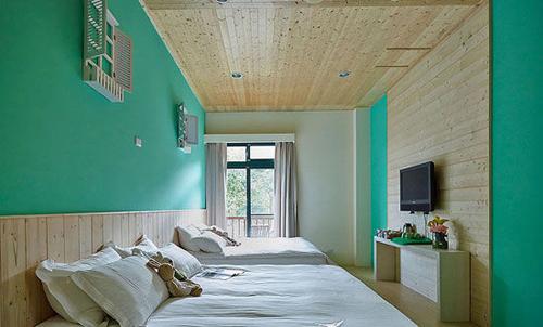 彩色墙面搭配浅色地板清新卧室装修
